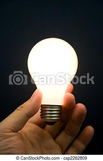Hand mit einer hellen Glühbirne - csp2262809