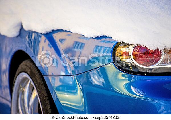 Schnee auf einer Autolampe - csp33574283