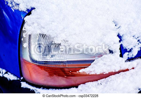 Schnee auf einer Autolampe - csp33472228