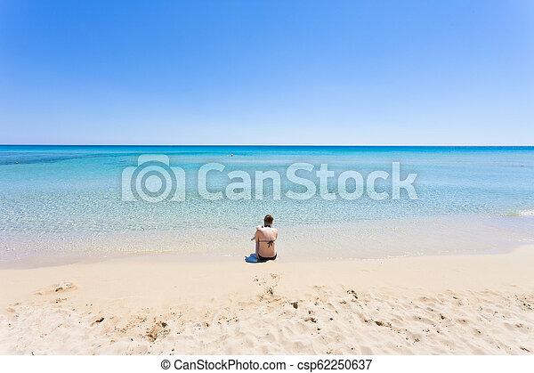 lido, gegen, venere, sitzen, -, junges schauen, apulia, horizont, mutter, sandstrand - csp62250637