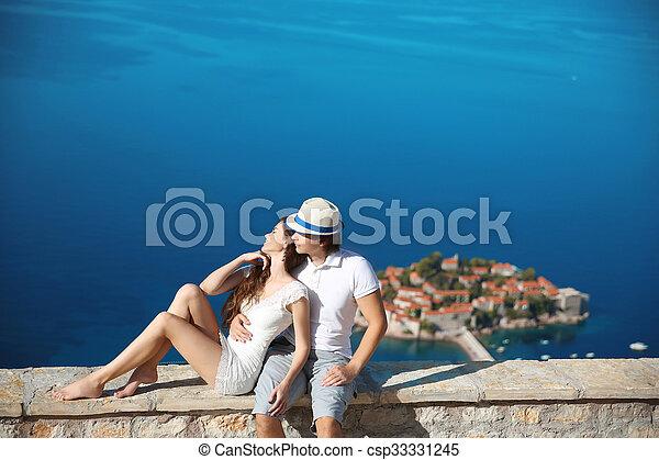 liefde, romantische, sveti, eiland, op, stefan, budva, jonge, travel., vacation., oever, zee, montenegro., paar, family., boven - csp33331245