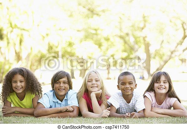 liget, emészt, csoport, gyerekek, fekvő - csp7411750