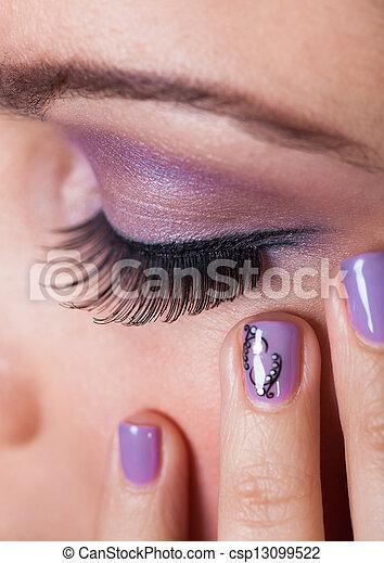 Frauenauge mit lila Augenschatten - csp13099522