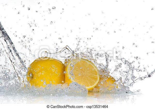 Limón con agua aislado en blanco - csp13531464