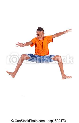 Retrato de un lindo adolescente negro saltando sobre un fondo blanco, gente africana - csp15204731
