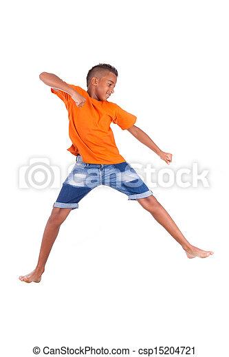Retrato de un lindo adolescente negro saltando sobre un fondo blanco, gente africana - csp15204721