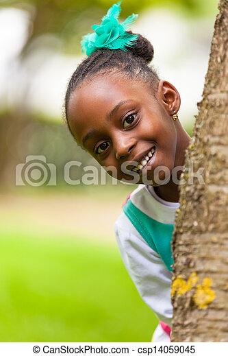 Al aire libre, el retrato de una joven y bonita chica negra sonriente - csp14059045