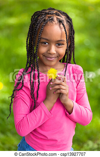 Retrato al aire libre de una linda joven negra, gente africana - csp13927707