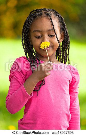 Retrato al aire libre de una joven y linda chica negra, gente africana - csp13927693
