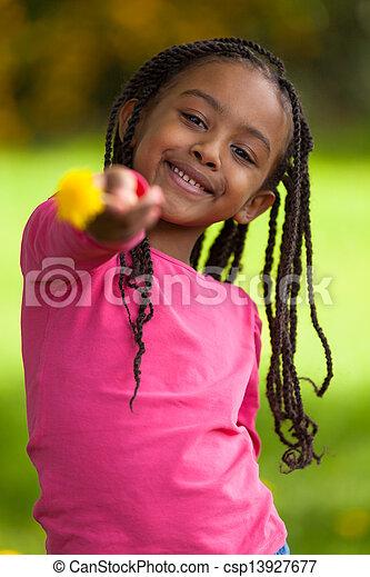 Retrato al aire libre de una joven y linda chica negra, gente africana - csp13927677