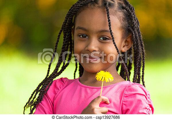Retrato al aire libre de una joven y linda chica negra, gente africana - csp13927686