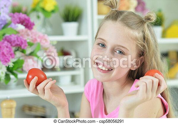 Linda chica preparando deliciosa ensalada fresca - csp58056291