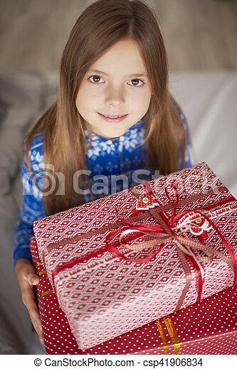 Chicas lindas sosteniendo grandes regalos de Navidad - csp41906834