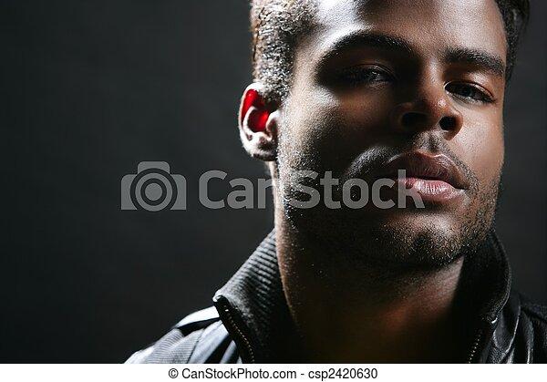 Afroamericano lindo retrato de joven negro - csp2420630