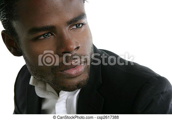 Afroamericano lindo retrato de joven negro - csp2617388