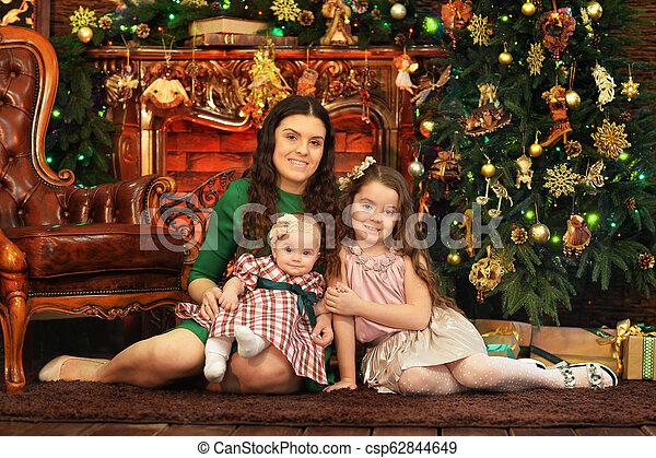 Retrato de madre feliz con hijas lindas - csp62844649