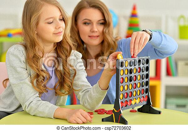 Retrato de madre joven jugando con su linda hija - csp72703602