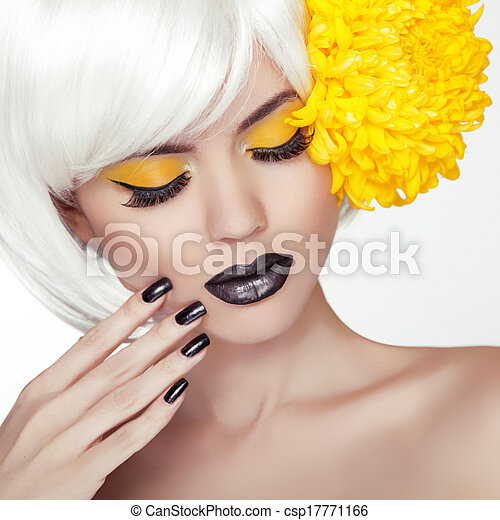 Mode blondes Model-Mädchen Portrait mit trendigem, kurzen Haarstil, schwarzem Make-up und Maniküre. Schwarze Nägel polieren und Lippenstift. Make-up für Frauen. Haarschnitt. - csp17771166