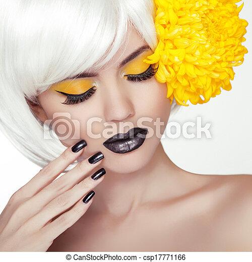 Retrato de chica modelo rubia con estilo de peinado corto moderno, maquillaje negro y manicura. Esmalte de uñas negro y pintalabios. Maquillaje de mujer. Corte de pelo. - csp17771166