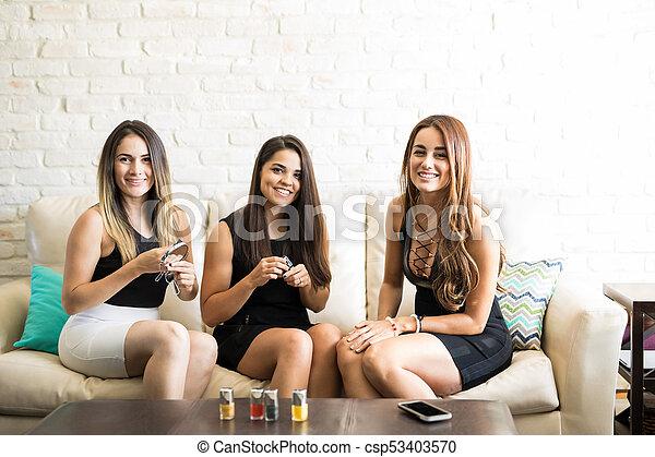 Preparándome para una noche de chicas - csp53403570