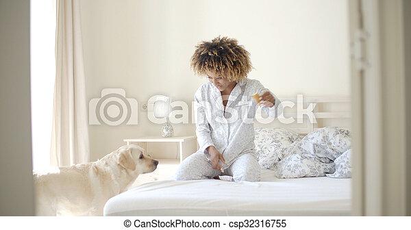 lit, reposer, femme, chien, elle - csp32316755