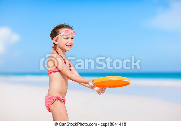 Little girl playing frisbee - csp18641418