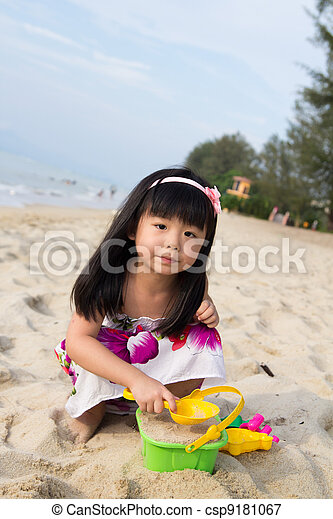 Little girl playing sand - csp9181067