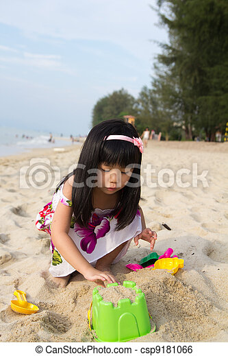 Little girl playing sand - csp9181066