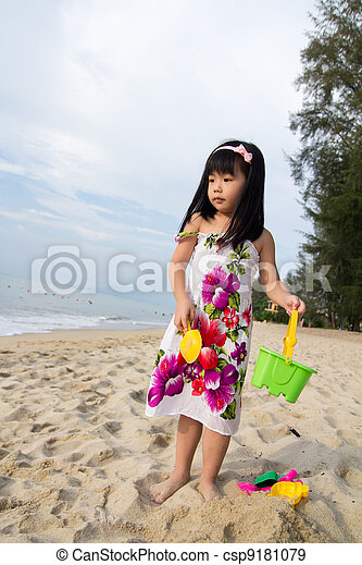 Little girl playing sand - csp9181079