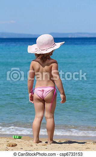little girl with straw hat - csp6733153