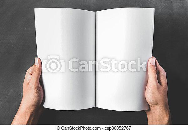 Livre Blanc Tenant Mains Ouvert Page