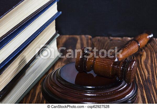 livres, image, sombre, tas, fond, juge, marteau - csp62927528