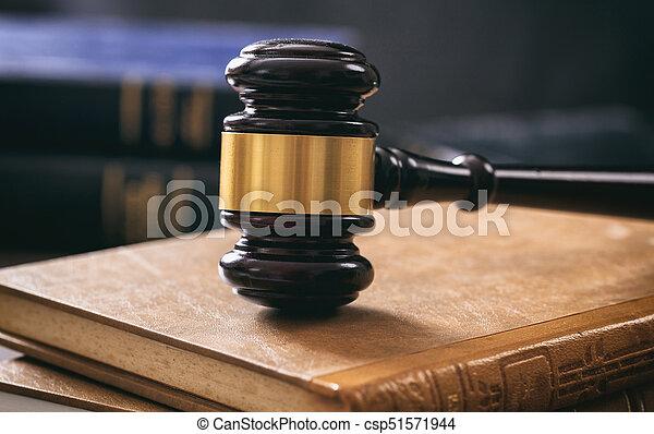 Livres marteau bureau bois juge droit & loi. sombre livres