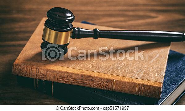 Livres marteau bureau bois juge droit loi sombre livres