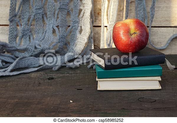 livres, table, pomme, tas - csp58985252