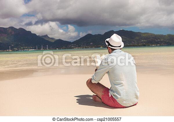 livro, praia, homem jovem, leitura - csp21005557