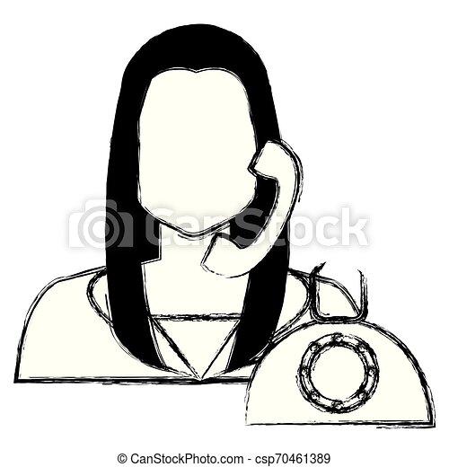 Llama a la mujer del centro con carácter telefónico - csp70461389