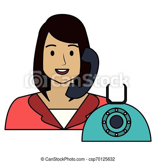 Llama a la mujer del centro con carácter telefónico - csp70125632