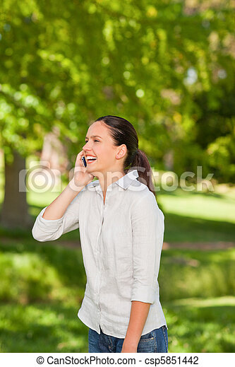 llamar, mujer, parque, joven - csp5851442