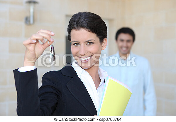Promotor femenino mostrando llaves de una casa - csp8788764