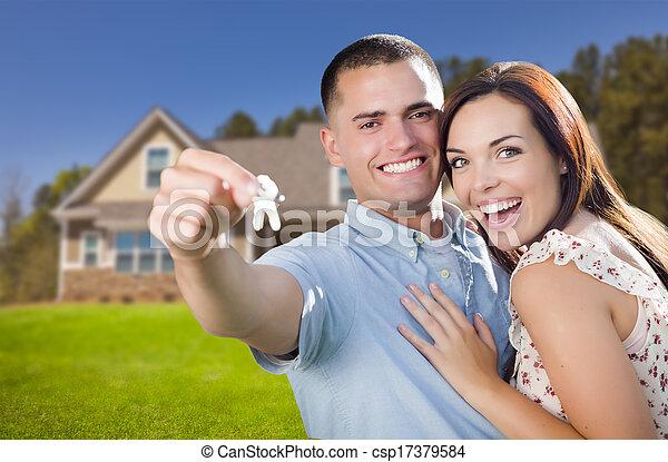 Pareja militar con llaves de casa en frente de un nuevo hogar - csp17379584