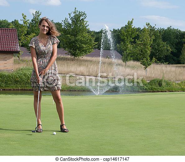 Una vista completa de una chica de 5 años con un palo de golf. - csp14617147