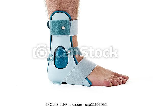 Un hombre con soporte de tobillo en el estudio blanco - csp33605052