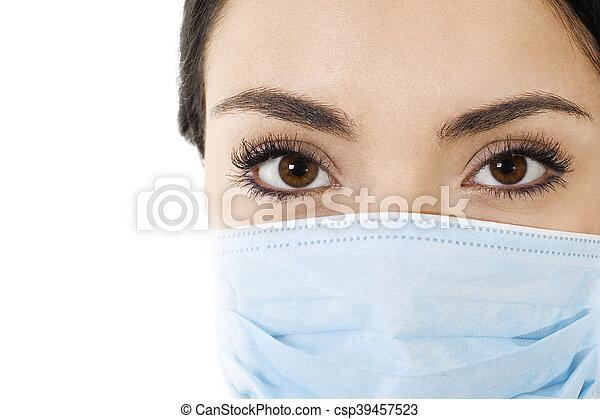 Una mujer con máscara para tapar la boca - csp39457523