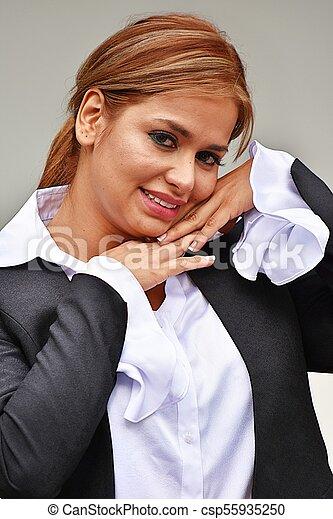Una atractiva mujer de negocios con traje - csp55935250