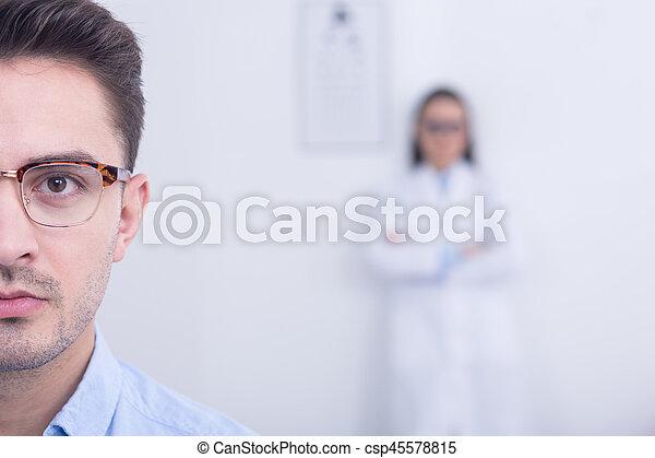 llevando, diseñador, lentes, hombre - csp45578815