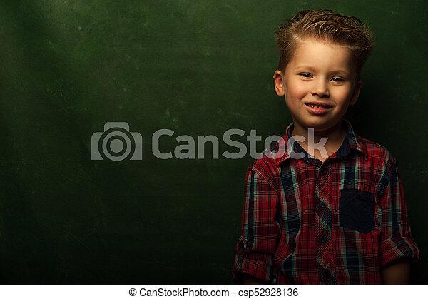 c51303417 Llevando, lindo, poco, camisa, niño, elegante, sonriente, rojo ...