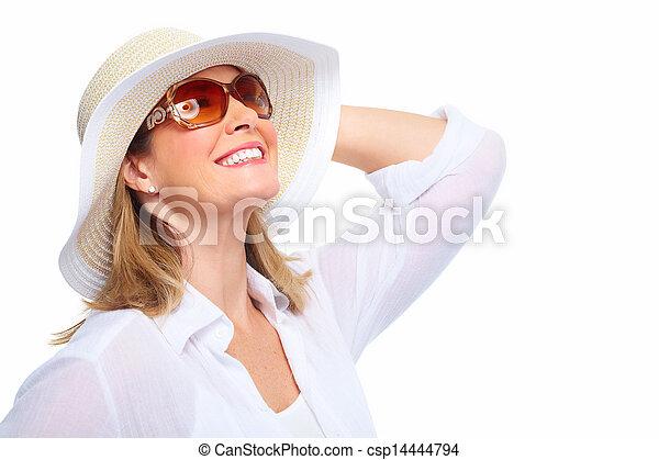 Una mujer con gafas de sol y un sombrero. - csp14444794