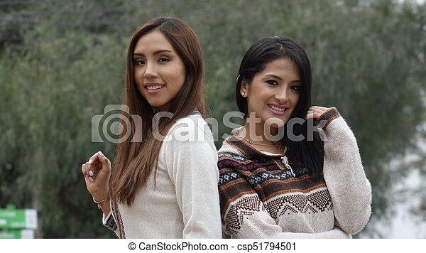 Feliz mujer hispana usando suéteres de punto - csp51794501