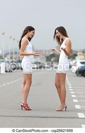 Mujeres felices con el mismo vestido - csp26621699
